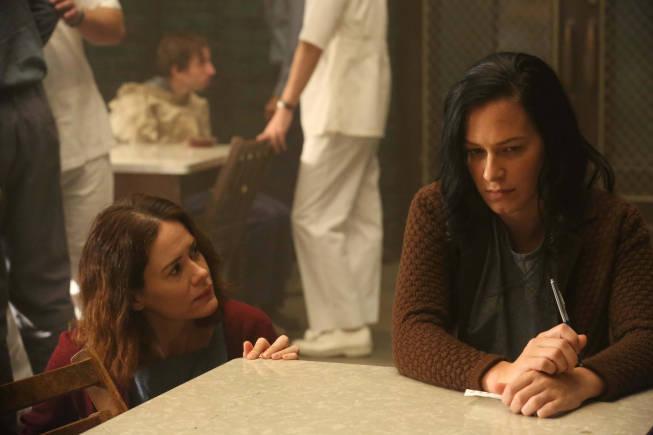 سارا پاولسون در صحنه سریال تلویزیونی داستان ترسناک آمریکایی به همراه فرانکا پوتنته