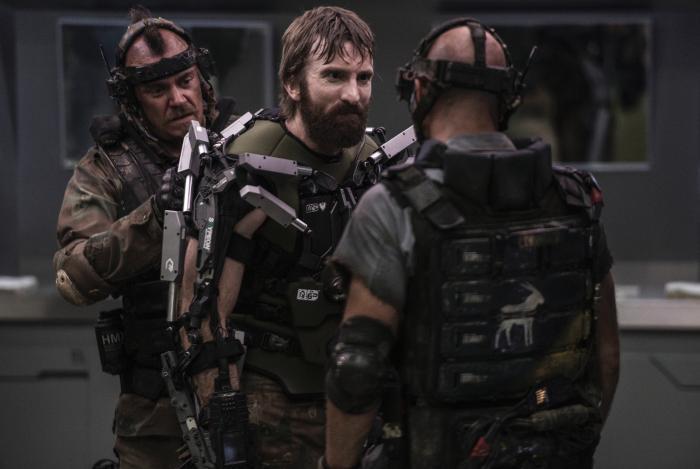 Josh Blacker در صحنه فیلم سینمایی ایلیسیم به همراه Brandon Auret و شارلتو کوپلی