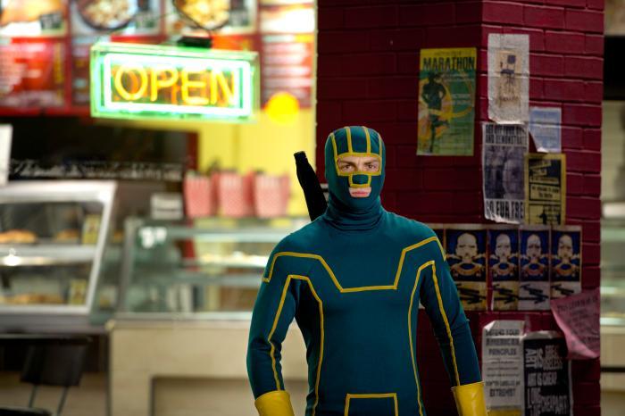 آرون تیلور جانسون در صحنه فیلم سینمایی کیک-اس ۲: گلوله ها به دیوار