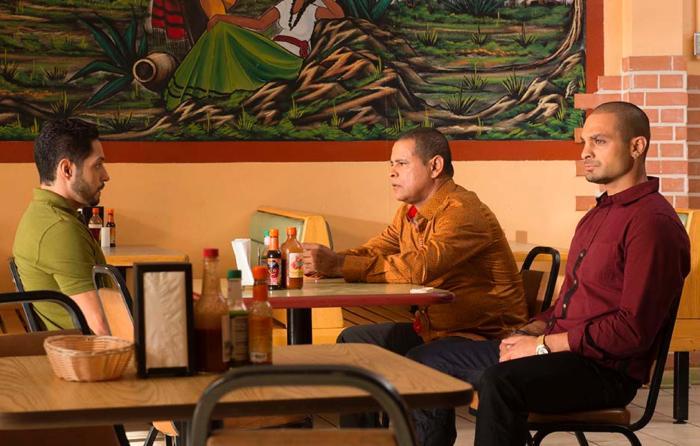 Raymond Cruz در صحنه سریال تلویزیونی بهتره با سال تماس بگیری به همراه Michael Mando و Max Arciniega