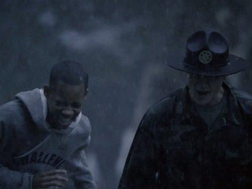 Tyler James Williams در صحنه سریال تلویزیونی دکتر هاوس به همراه Sasha Roiz