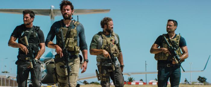 دومینیک فوموسا در صحنه فیلم سینمایی 13 ساعت: سربازان مخفی بنغازی به همراه پابلو شرایبر، دیوید دنمان و جان کرازینسکی