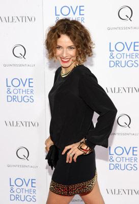 Mili Avital در صحنه فیلم سینمایی عشق و داروهای دیگر