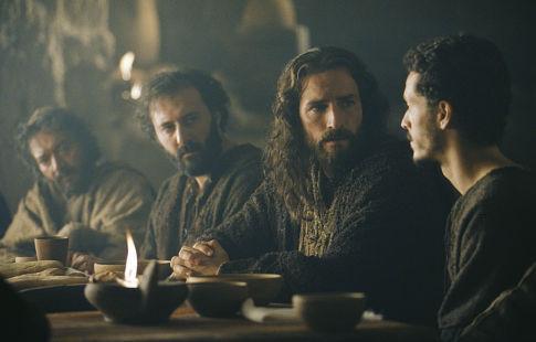 Christo Jivkov در صحنه فیلم سینمایی مصائب مسیح به همراه Jim Caviezel