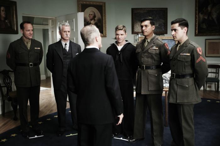 John Benjamin Hickey در صحنه فیلم سینمایی پرچم پدران ما به همراه جان اسلتری، آدام بیچ، جس بردفورد و Ryan Phillippe