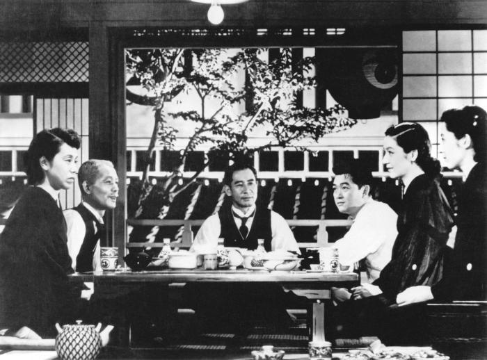 Setsuko Hara در صحنه فیلم سینمایی داستان توکیو به همراه Shirô Ôsaka، Haruko Sugimura، Chishû Ryû، Kyôko Kagawa و Sô Yamamura