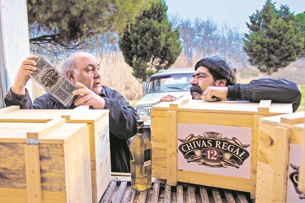 عبدالرضا فیاضی در صحنه فیلم سینمایی کار کثیف به همراه لوون هفتوان