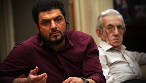 اردشیر کاظمی در صحنه سریال تلویزیونی پژمان به همراه سام درخشانی