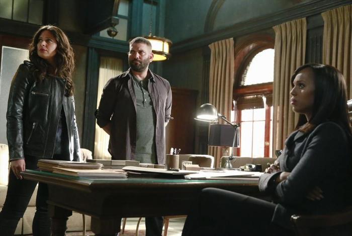 Katie Lowes در صحنه سریال تلویزیونی رسوایی به همراه Guillermo Díaz و کری واشینگتن