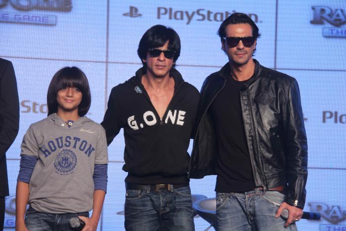 Armaan Verma در صحنه فیلم سینمایی Ra.One به همراه شاهرخ خان و Arjun Rampal