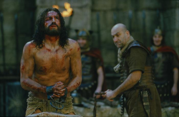 Dario D'Ambrosi در صحنه فیلم سینمایی مصائب مسیح به همراه Jim Caviezel