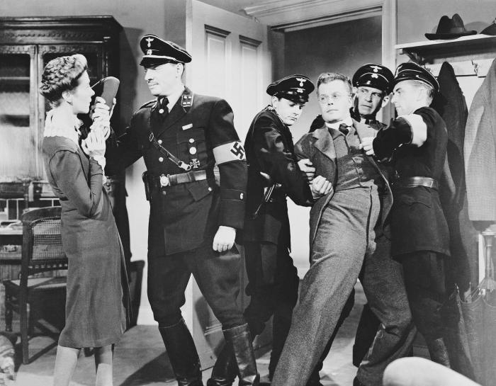 Kurt Kreuger در صحنه فیلم سینمایی None Shall Escape به همراه روث نلسون