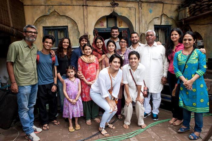 Nitesh Tiwari در صحنه فیلم سینمایی دانگل به همراه Fatima Sana Shaikh، Sakshi Tanwar، Ritwik Sahore، Suhani Bhatnagar، Sanya Malhotra، عامر خان و Zaira Wasim