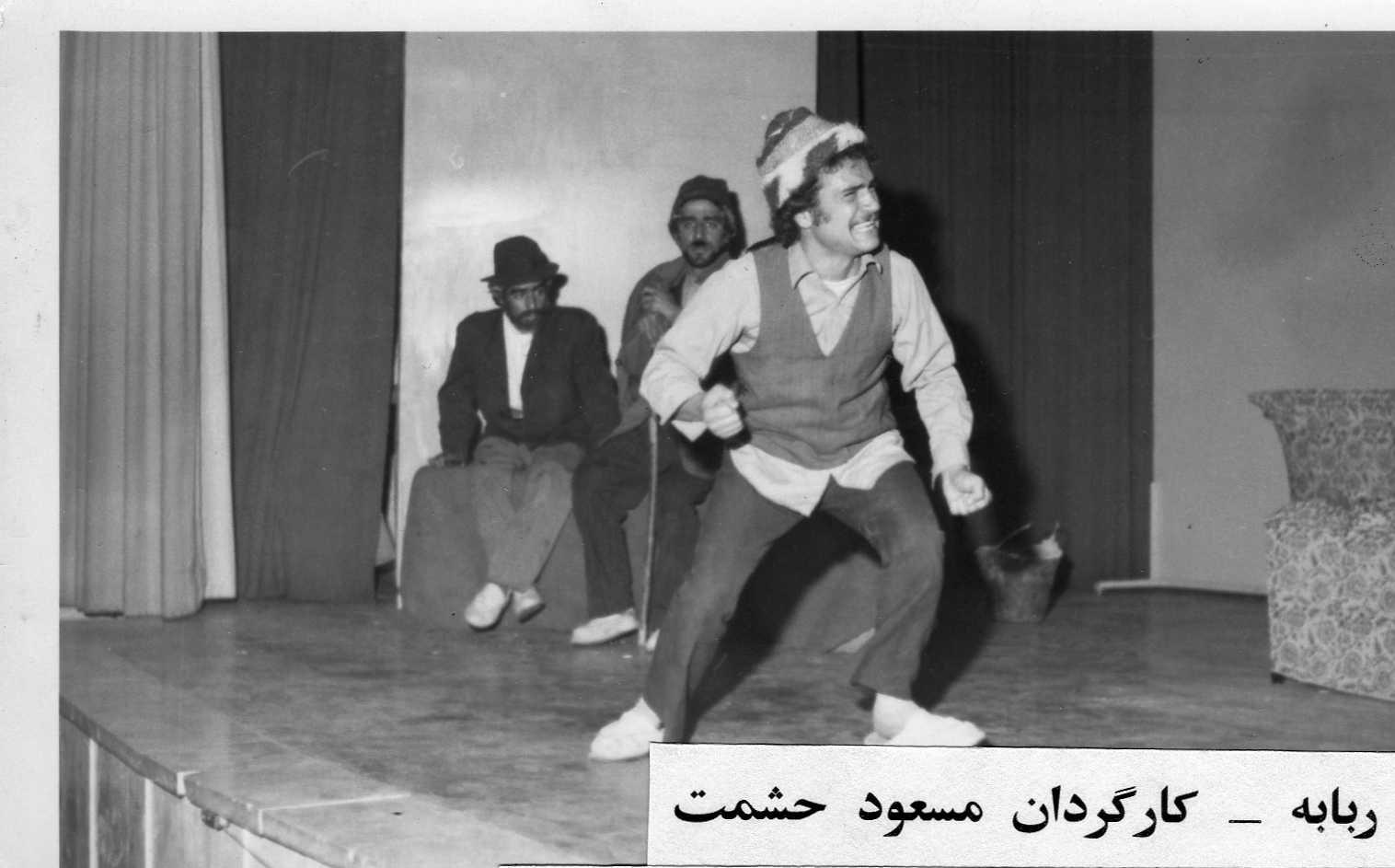 تصویری از مسعود حشمت، بازیگر و نویسنده سینما و تلویزیون در حال بازیگری سر صحنه یکی از آثارش