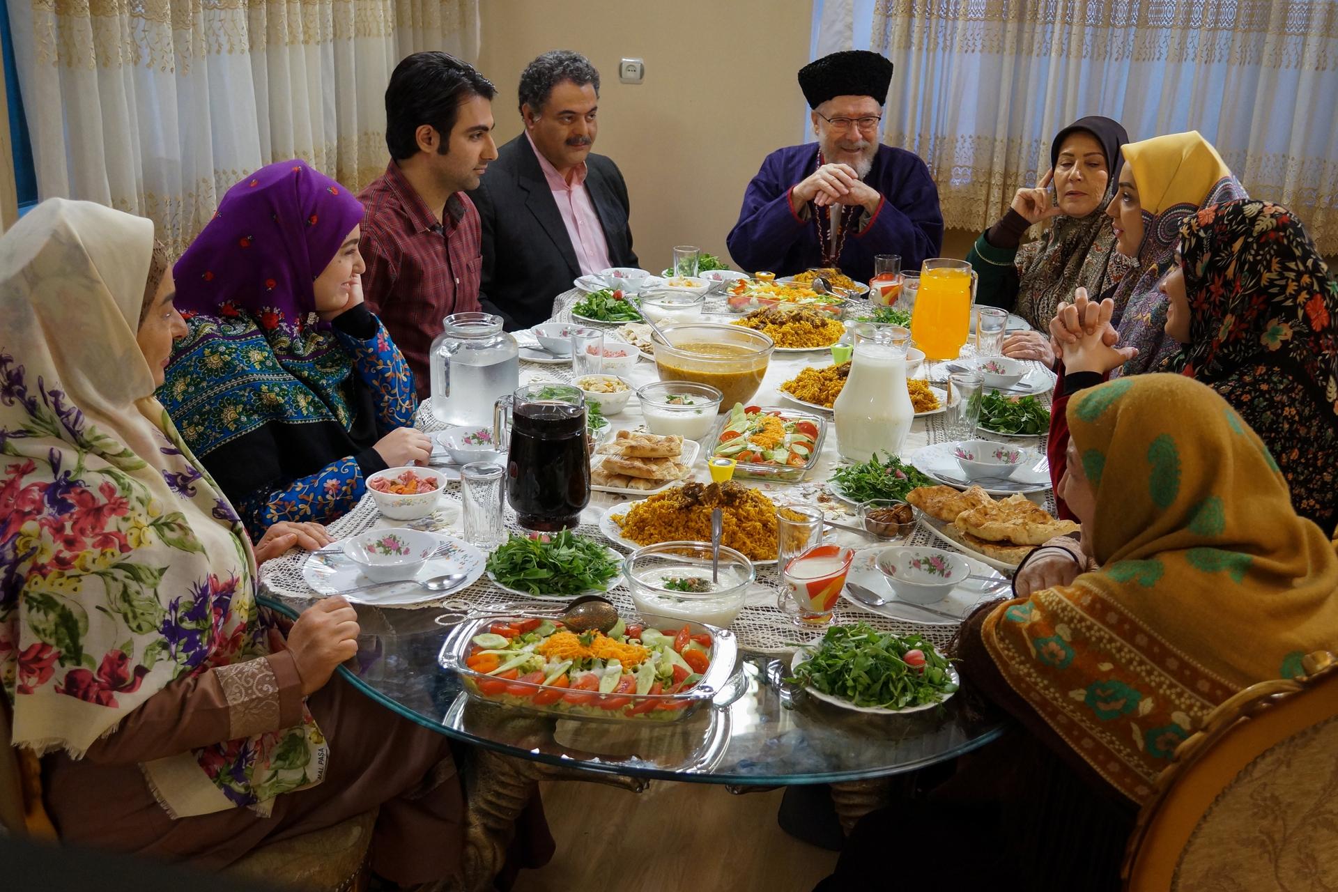 منوچهر آذر در صحنه سریال تلویزیونی بازی نقابها به همراه فرهاد بشارتی و صفا آقاجانی