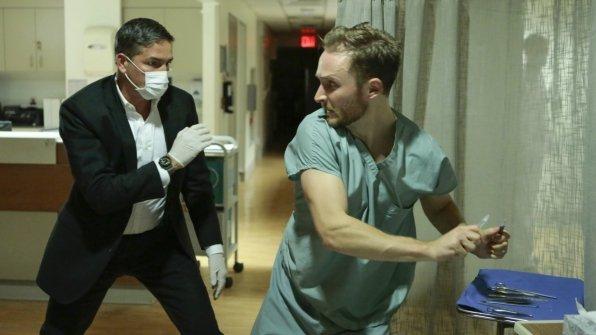 Joshua Close در صحنه سریال تلویزیونی مظنون به همراه Jim Caviezel