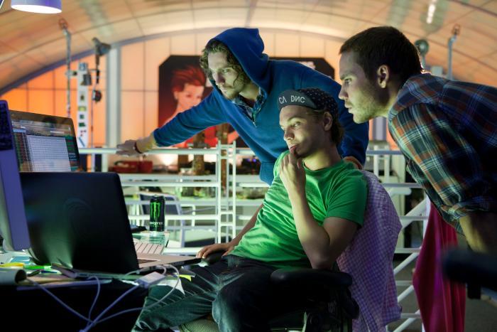 آرون تیلور جانسون در صحنه فیلم سینمایی وحشی ها به همراه Taylor Kitsch و Emile Hirsch