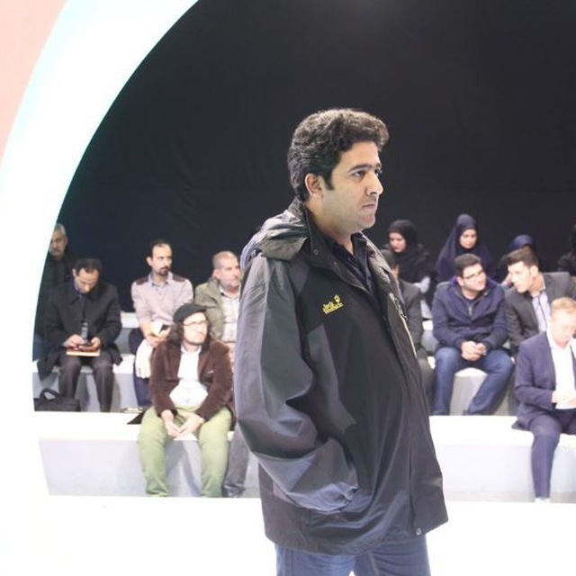 تصویری از مسعود شایان، بازیگر و صدابردار سینما و تلویزیون در حال بازیگری سر صحنه یکی از آثارش
