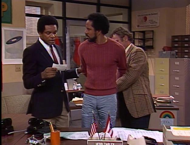 John Witherspoon در صحنه سریال تلویزیونی WKRP in Cincinnati به همراه Michael Pataki و Tim Reid
