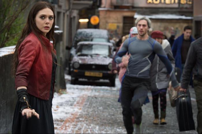 آرون تیلور جانسون در صحنه فیلم سینمایی Avengers: Age of Ultron به همراه الیزابت اولسن