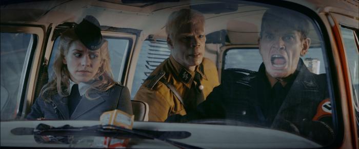 Julia Dietze در صحنه فیلم سینمایی آسمان آهنین به همراه Götz Otto و Christopher Kirby
