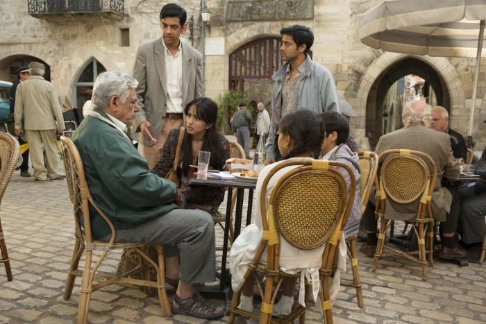 Amit Shah در صحنه فیلم سینمایی سفر صد پایی به همراه Farzana Dua Elahe، Manish Dayal و Om Puri