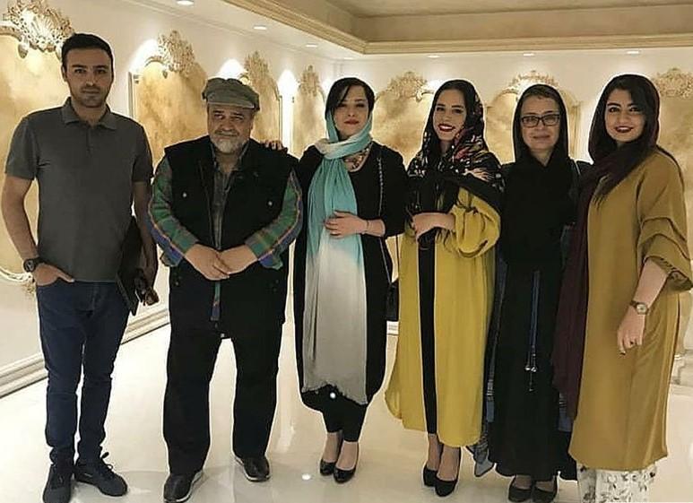 آزیتا حاجیان در پشت صحنه سریال تلویزیونی دلدادگان به همراه محمدرضا شریفینیا، مهراوه شریفینیا و ملیکا شریفینیا