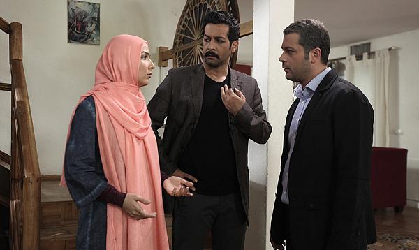 سارا نازپرور صوفیانی در صحنه سریال تلویزیونی روزهای بیقراری به همراه کامران تفتی و پژمان بازغی