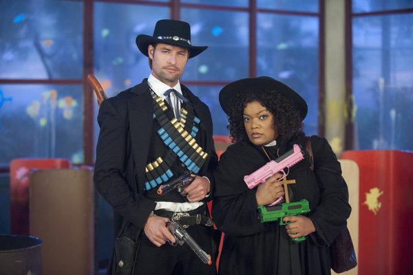 Josh Holloway در صحنه سریال تلویزیونی Community به همراه Yvette Nicole Brown