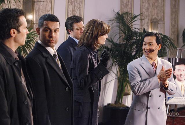 Eddie Shin در صحنه سریال تلویزیونی کستل به همراه Seamus Dever، Stana Katic، Nathan Fillion و Jon Huertas