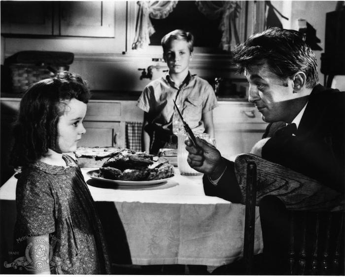 Sally Jane Bruce در صحنه فیلم سینمایی شب شکارچی به همراه Billy Chapin و رابرت میچام