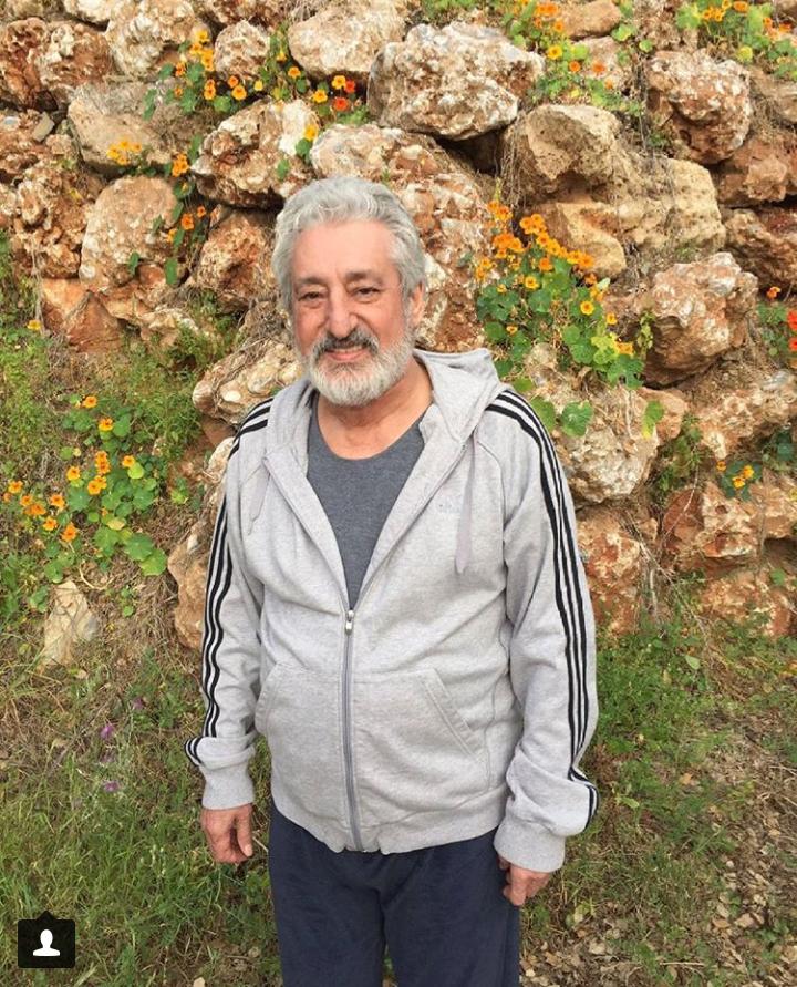 تصویری از ابراهیم حامدی، بازیگر سینما و تلویزیون در حال بازیگری سر صحنه یکی از آثارش