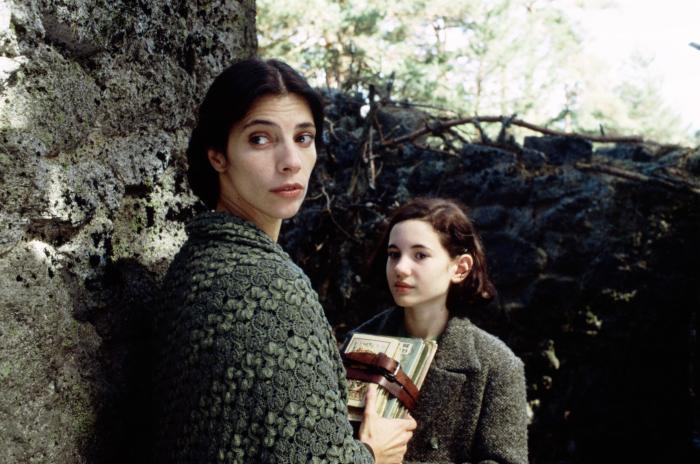 ایوانا باکرو در صحنه فیلم سینمایی هزارتوی پن به همراه ماریبل وردو