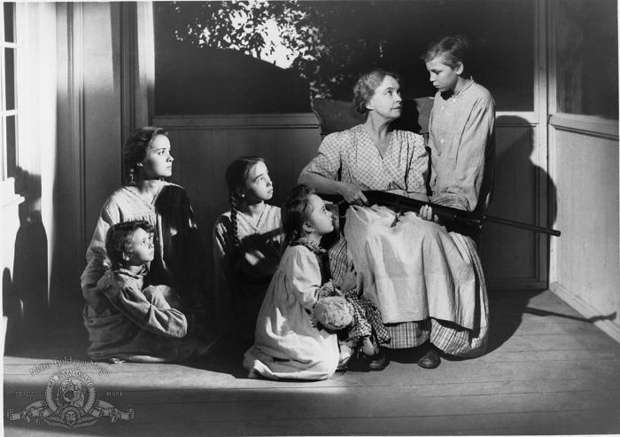 Gloria Castillo در صحنه فیلم سینمایی شب شکارچی به همراه Billy Chapin، Lillian Gish، Sally Jane Bruce و Cheryl Callaway