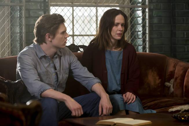 سارا پاولسون در صحنه سریال تلویزیونی داستان ترسناک آمریکایی به همراه ایوان پیترز