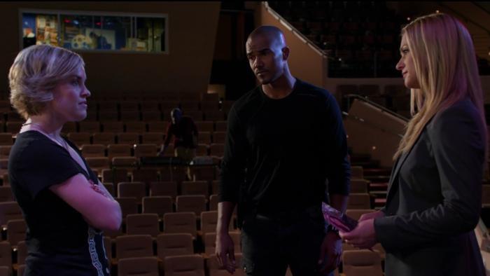 کاری والگرن در صحنه سریال تلویزیونی ذهن های مجرم به همراه Shemar Moore و A.J. Cook