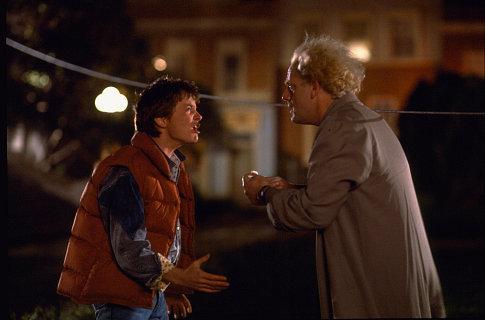 مایکل جی فاکس در صحنه فیلم سینمایی بازگشت به آینده به همراه کریستوفر لوید
