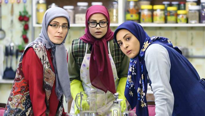 سوسن پرور در صحنه سریال تلویزیونی آقا و خانم سنگی به همراه یاسمینا باهر و حدیثه تهرانی