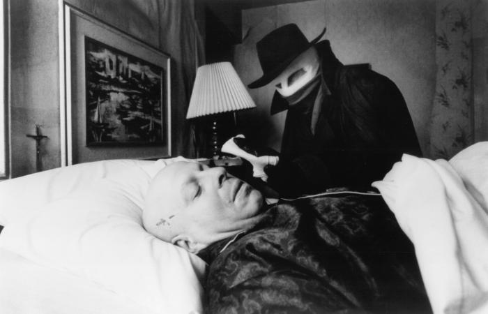 Nicholas Worth در صحنه فیلم سینمایی مرد تاریکی