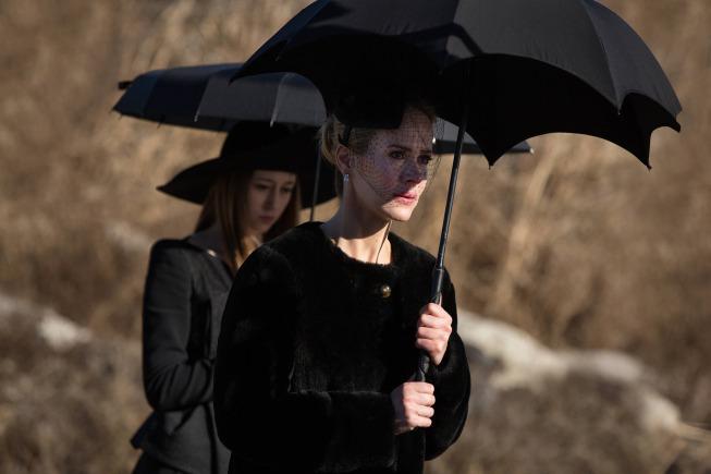 سارا پاولسون در صحنه سریال تلویزیونی داستان ترسناک آمریکایی به همراه Taissa Farmiga