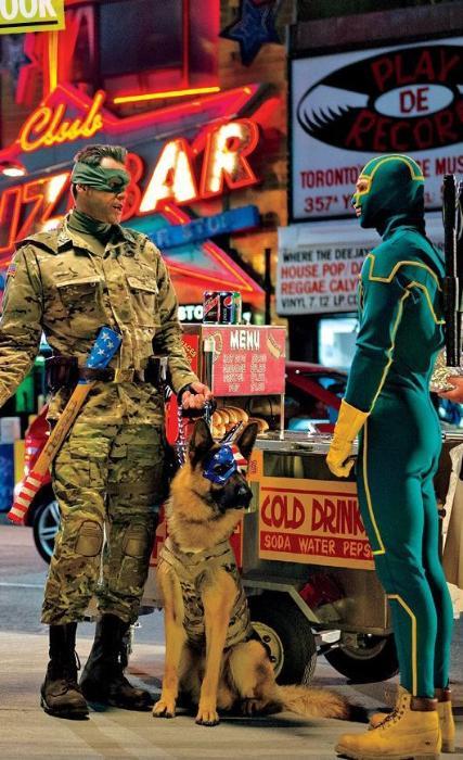 آرون تیلور جانسون در صحنه فیلم سینمایی کیک-اس ۲: گلوله ها به دیوار به همراه جیم کری