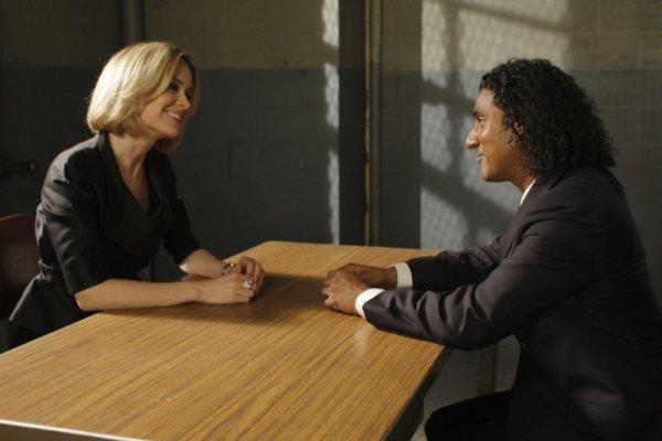 سارا پاولسون در صحنه سریال تلویزیونی قانون و نظم: واحد قربانیان ویژه به همراه Naveen Andrews