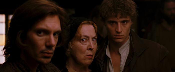 Christine Willes در صحنه فیلم سینمایی گردش شنل قرمزی به همراه Max Irons و لوکاس هاس