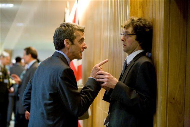 Chris Addison در صحنه فیلم سینمایی In the Loop به همراه Peter Capaldi