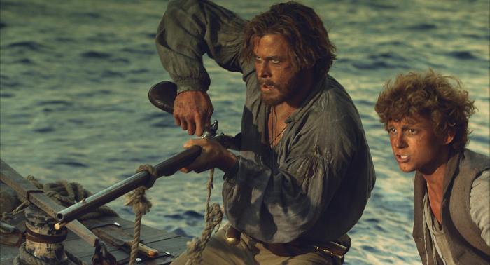 تام هلند در صحنه فیلم سینمایی در قلب دریا به همراه کریس همسورث