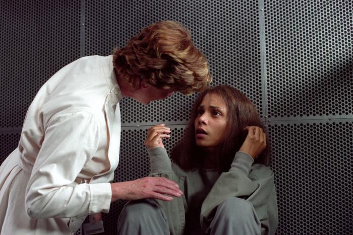 Bronwen Mantel در صحنه فیلم سینمایی گوتیکا به همراه هلی بری