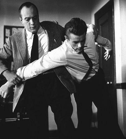 ادوارد پلات در صحنه فیلم سینمایی شورش بی دلیل به همراه James Dean