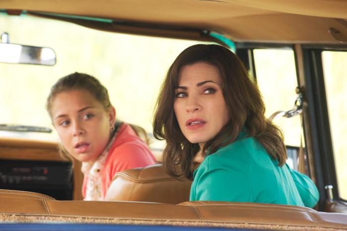 Makenzie Vega در صحنه سریال تلویزیونی همسر خوب به همراه جولیانا مارگولیس