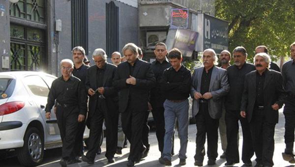 سیروس همتی در صحنه سریال تلویزیونی کیفر به همراه کامبیز دیرباز