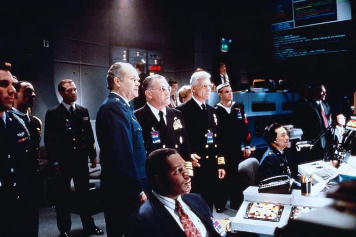Andy Romano در صحنه فیلم سینمایی تحت محاصره2: قلمرو تاریکی به همراه Dale Dye، Ping Wu، Wren T. Brown و Kurtwood Smith